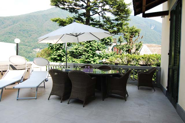 Al fresco dining with lake view